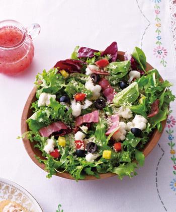ラズベリーとアセロラジュースのドレッシングが肝のこちらのサラダは、クスクスも一緒に和えるので食べ応えがあり、お家でのブランチやランチにもぴったりです。沢山の野菜を入れれば栄養満点に!