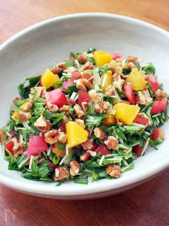 京野菜の1つでもある水菜はシャキシャキとみずみずしい歯ごたえがとっても美味しい野菜ですね。カルシウムがたくさん含まれていて栄養面でも頼りになります。こちらは、そんな水菜とオレンジ、クルミ、トマト、玉ねぎを小さく切って和えるだけのレシピですが、アンチョビのおかげでコクがあるサラダに。