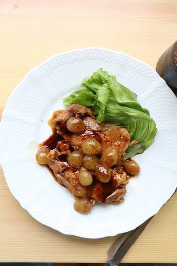 おうちで簡単イタリアン!バルサミコ酢にハチミツを加えたソースはコクがあって色々なお料理で使えます。ころころとしたブドウと一緒にさらにジューシーに。