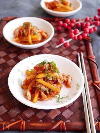 キムチと柿という意外な組み合わせ!ですが柿のほんのりした甘みがキムチのピリ辛具合をマイルドにしてくれます。おつまみにもなるので秋はぜひ、旬を迎える柿を使って試してみてください。