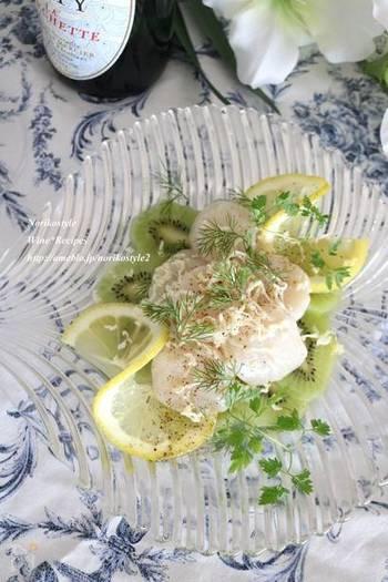 おつまみとしてもおすすめのキウイとホタテのサラダ。見た目も爽やかで美しいですね。味付けがシンプルなのでより素材の味をより楽しめます。