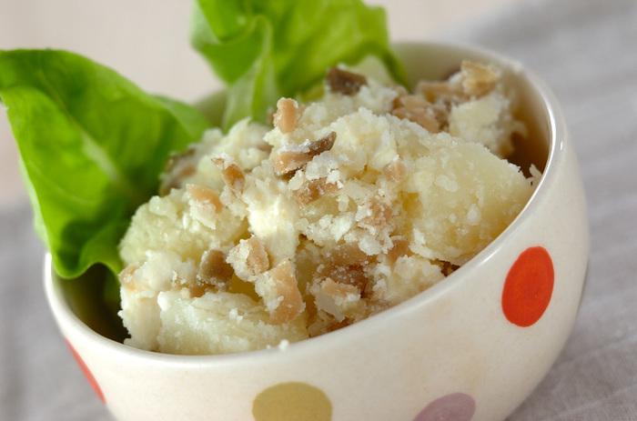 とてもシンプルな材料で、ひと味違うポテトサラダに。クリームチーズとザーサイを入れることで、クリーミーで濃厚なおいしさと塩気が加わります。前菜にもなる上品なひと皿です。