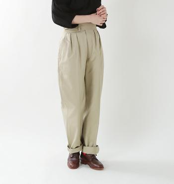 1950年代のイギリス軍のグルカトラウザーをモチーフに、ウエストはハイウエストに、裾にかけてはテーパードシルエットにした女性らしいグルカパンツ。無骨なシルエットの中にある洗練さが魅力です。