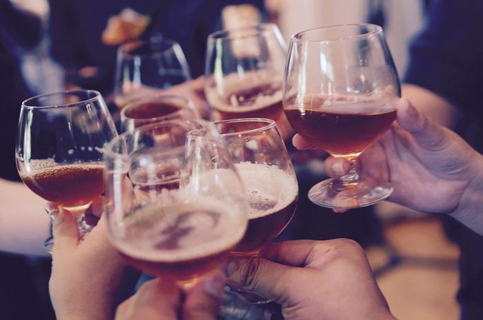 飲酒をすると自然と声が大きくなったりお喋りになることもあるため喉の負担が増えるだけでなく、体内でアルコールを分解するために水分を大量に使うため、結果的に乾燥を引き起こす原因にもなりますので控えましょう。 また、炭酸飲料も刺激物ですので痛みのある時は控えてください。