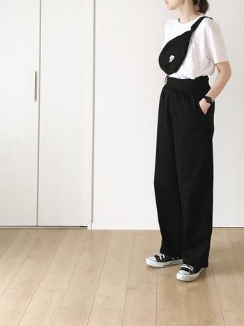 シンプルな黒のグルカパンツを中心にモノトーンでまとめたスタイリング。モノトーンでまとめるとカジュアルなスタイルもモードっぽい印象になりますね。