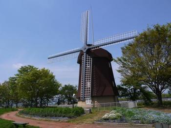 旧しんあさひ風車村が、2018年7月、風車は残されたままグランピング施設に生まれ変わりました。