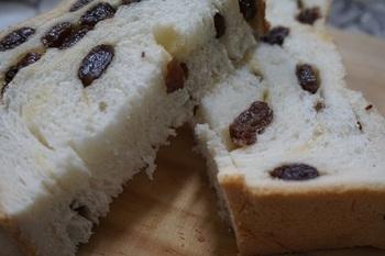 食パンの種類も豊富で、ラム酒に漬けたレーズンがぎっしり入った食パン「れーずん」や、糖質制限中の方向けの低糖質食パンなどもあり、家族みんなが美味しく食べられるラインナップです。