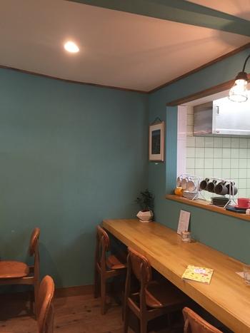 お店の奥は喫茶スペースになっていて、本を片手にコーヒーやお酒、軽食をいただくことができます。 厚切りのフレンチトーストや、フィンランドの伝統的な料理、カレリアンパイなど、ちょっと変わったメニューもありますよ。
