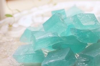 きらきらと美しく、おいしい鉱石。「琥珀糖」の作り方とアレンジレシピ