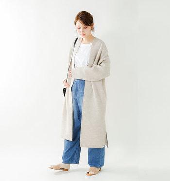 ほっこりとした女性らしさを演出できるベージュのロングカーディガンは、デニム×白Tシャツのシンプルコーデに合わせても今っぽい着こなしに。ゆとりのあるサイズ感とボタンのないシルエットは、アウター感覚でさっと羽織れるのも魅力です。
