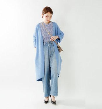 キレイなブルーのロングカーディガンは、ストライプのシャツとデニムで同系色でまとめた着こなしに。きちんと感のあるシャツにデニムを合わせるミックススタイルを、カーディガンで上品な印象に引き上げています。