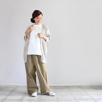 リネン100%で軽やかに着られるベージュのカーディガンは、白のブラウスと同系色のワイドパンツでスタイリング。ナチュラルさと華やかさが合わさったような、大人カジュアルコーデに仕上げました。