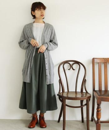 カシミヤのような柔らかさを持つウールニットのロングカーディガンは、何に合わせてもナチュラルにキマるアイテムです。季節を感じさせるカーキカラーのスカートと白トップスに合わせて、大人ガーリーな着こなしの完成!