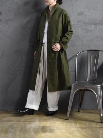 前後どちらを前にしても着られる、2way仕様のスモックワンピースです。深緑のワンピースをベージュやホワイトのアイテムと合わせて羽織にすることで、季節感と大人っぽさの両方を叶えてくれる着こなしに。リラックススタイルにプラスすれば、簡単にお出かけコーデに格上げすることも可能です。