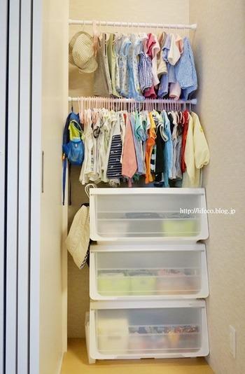 小さなお子様の洋服はたたむのは簡単ですが、収納すると小さなサイズゆえ埋もれてしまいがち。 何がどこにあるのか把握しづらく、サイズアウトした洋服も混ざりあって乱雑に…。 掛ける収納なら見やすく分かりやすいですね。