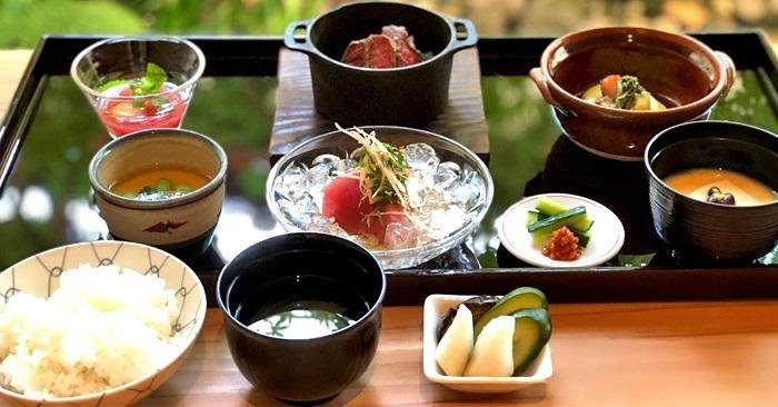 多面的な魅力を持つ河原町は、京都らしい和食から、おしゃれなカフェまでランチのラインナップも様々。また、料理だけでなく、お店の雰囲気や窓からの眺めを楽しめるお店が揃っています。ぜひ河原町で素敵なランチタイムをお過ごしください。