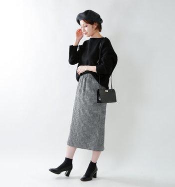 秋らしさを感じさせる柄と言えば、チェック柄は王道ですよね。タータンチェックのタイトスカートはモノトーンアイテムでまとめて、シックな女性らしいコーディネートに。