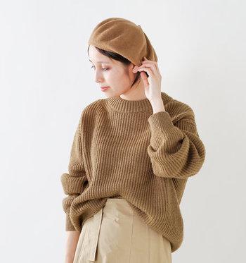 ローゲージのニットセーターは、ゆったりラフなボリューム感が特徴的な一枚。後ろ側の裾が少し長めになっているので、フロント部分だけをタックインした着こなしで、ヒップラインをカバーできるのが嬉しいポイントです。