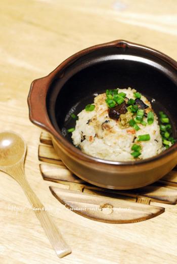 余った炊き込みご飯を簡単リメイク。幅広い味に合う焼きおにぎり茶漬けのレシピです。焼きおにぎりにすることで香ばしい風味になり、余ったご飯でまた違った楽しみ方ができます。