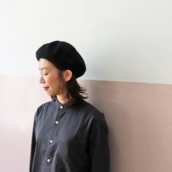 秋らしさを感じさせる帽子と言えば、やっぱりベレー帽は外せません。こちららはリネン素材で作られているベレーなので、夏の終わり頃から使うことができます。まだ本格的なベレーは早いけど秋を先取りしたいと感じる方は、涼し気素材のベレー帽を選んでみてください。