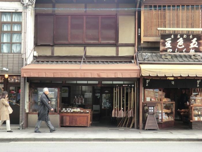 三条大橋のたもとに昔ながらの風情で佇む「内藤商店」。創業は文明元年の1818年、約200年続く棕櫚(しゅろ)の箒やタワシの専門店です。  なんとこのお店は看板を掲げていません。「いいものを作っていれば、お客さんは繰り返し足を運んでくださる」という店主の心意気に老舗ならではの誇りを感じます。