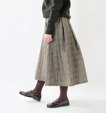 季節を感じさせるキルティング素材のフレアスカートも、チェック柄を選ぶだけでトラッドな雰囲気漂う秋コーデに。スカートの色と合わせたタイツやシューズで、大人ガーリーなコーディネートにぴったりです。