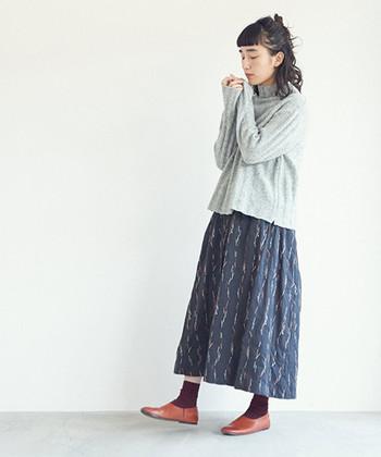 ニットアイテムを取り入れるだけで、秋コーデの雰囲気がグッと強まりますよね。つぶつぶのネップ素材が特徴的な、グレーのタートルニットは季節感のあるアイテムで、キレイめにもガーリーにも着こなせるのが魅力です。無地のニットなので、柄スカートと合わせた着こなしもおすすめ♪