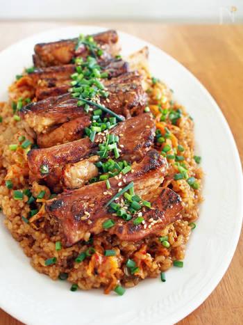 こんなに豪勢なご飯も炊飯器で!食材もお米、スペアリブ、キムチとごくシンプルで、見た目に反して初心者におすすめのレシピです。焼肉のタレ任せで美味しくできますよ。