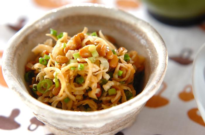 納豆×切干し大根という意外な組み合わせも美味。切干し大根だけでは味気ない…というときにもおすすめです。 ごま油とラー油をきかせれば、風味豊かなくせになる味わい◎