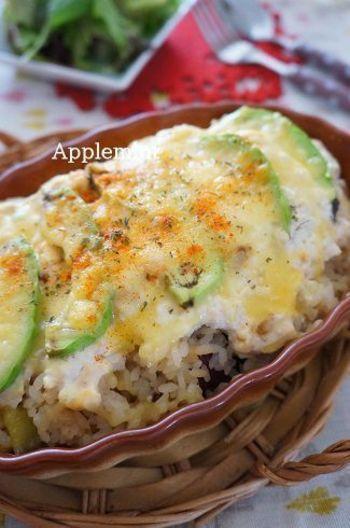豆腐ソースやめんつゆで和風味のドリアリメイク。こちらのレシピではさつまいもご飯の残りを使用していて、アボカドとの相性も良好です。