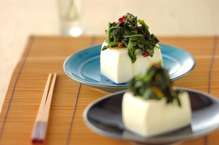 豆板醤でピリッときかせた中華風のモロヘイヤソースは、生姜やごま油など色々な風味が織りなす美味しさ。 とろとろとしてお豆腐との相性◎