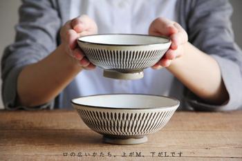 約60時間もの間、火を絶やすことなく「登り窯」で焼成されるお茶碗。火のあたり具合によって、その仕上がりにも違いが現れるそうです。まさに、ひとつひとつが、自分にとっての、とっておきのお茶碗になります。 少し浅めのお茶碗は、例えば小鉢として、和・洋・中様々なおかずを引き立ててくれることでしょう。 江戸時代から変わることなく受け継がれてきた、その歴史と、手しごとがなせる技を、その手に感じてみませんか!