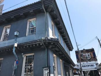 黒壁スクエアのシンボル的な建物「黒壁ガラス館」。明治33年に銀行として建築され、平成元年ガラス館として生まれ変わりました。