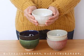 柔らかな「白(粉引)」、清涼感のある「わら白」、古き時代より愛されてきた織部釉の「緑」、まるで夜の闇のような「紺」、そして控えめな甘さが魅力の「マット赤」。 家族それぞれに、お好きな色のお茶碗を決めて使うというのも楽しいですね!