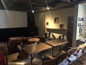 映画館内は、20席ほどのチェアやソファが置かれていて、リビングのようなくつろげる雰囲気です。