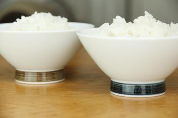 """とにかくシンプルなお茶碗が好き!という方におすすめな""""麻の糸""""のお茶碗。高台に施された2色のカラーが、なんともバランスの良いアクセントに!呉須(ごす)という、藍色の顔料を使った「インディゴ」。錆釉(さびゆう)を使った「セピア」。 落ち着いた色味の2色に、麻の糸のようなシャリ感のある縞が、シンプルながらも静かな存在感を放ちます。"""