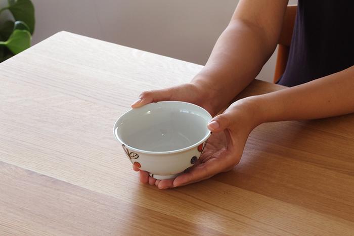 女性にぴったりな小さなサイズ、男性には大きいサイズもあるので、夫婦茶碗として使っても、お祝いの贈り物として贈られても、喜ばれそうですね!