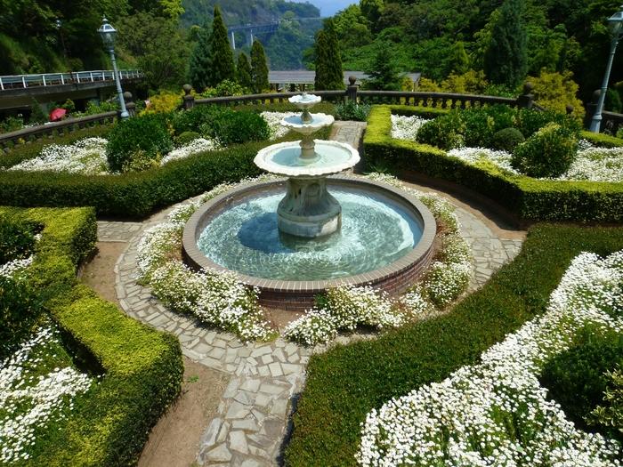 デザイン監修、植栽計画はランドスケープデザイナーの白砂伸夫さんが手掛けています。バラの谷、プロポーズガーデン、黄金のバラの庭などお庭の名前も個性があってとても素敵。季節ごとにさまざまなお花が咲き誇ります。