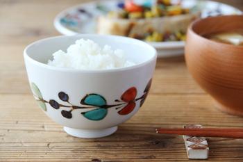 白地にカラフルな花や蝶がつながり、円を描く飯碗は、程よくぽってりとした厚みと、瑞々しい透明感ある色合いがとっても爽やか。食卓にあるだけで、場の雰囲気が和みそう。シンプルな形は、小鉢として前菜を盛り付けたり、カフェオレやお抹茶を注いでティータイムでも活躍してくれそうです。