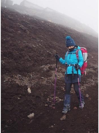 さらに冷える頂上の気温。ご来光を待つ人は、特にしっかりとした防寒が欠かせません!雨や風から守ってくれるレインウェアや防寒具はしっかりと用意しましょう。パーカーやシューズなどを、ブルー系でまとめた統一感のある山コーデ。ザックの赤色が映えますね♪