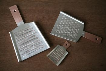 大矢製作所は1928年、東京の浅草で創業をはじめ、現在は埼玉県和光市で純銅製おろし金の製造を専門に行っています。定番サイズの4番(左)と、少人数用の6番(右上)、手のひらサイズの薬味用(右下)の3サイズです。