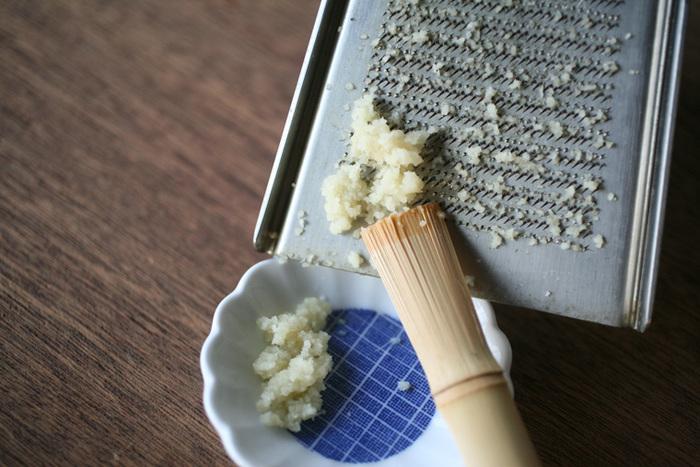 硬質銅板を押し締めたものに刃を起こして作るので、刃先がとても鋭利。切れ味鋭い刃でおろすので、繊維と水分を分離させず、食材の色を鮮やかなまま、風味を生かしたままでおろすことができます。