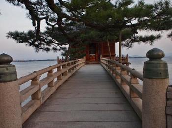 17mの石橋で湖上に突き出た浮御堂からは、伊吹山や沖の島、比良連峰、比叡山などが一望できます。