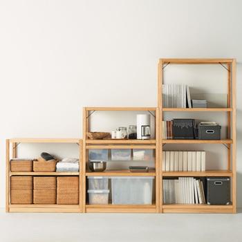 収納に便利なオープン棚ですが、地震で物が落下する危険があります。棚自体に耐震対策を施したら、収納する物の配置も工夫しましょう。重いものを下に、軽いものを上に置くのがベスト!