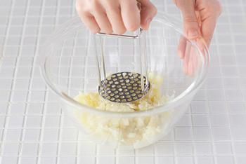 「家事問屋」のマッシャーは、潰すだけでなく、ツナ缶などの水切りもできてしまう、コンパクトで場所もとらない賢い道具です。