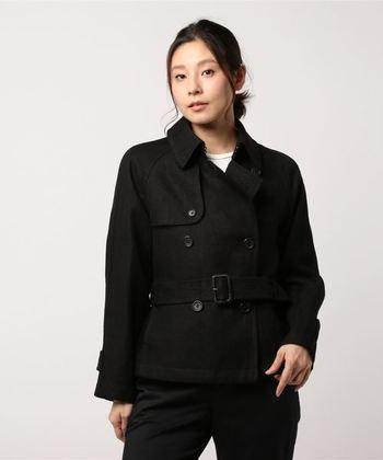 こちらはブラックのショート丈デザイン。ショート丈のトレンチコートは、ハイウエストのパンツやフレアのスカートとも相性抜群です。