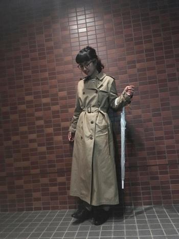 ロング丈トレンチを、前を閉じてワンピースのように着るとコーデの主役に。ウエストをマークすれば、脚を長く見せる効果も◎。