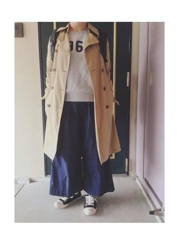 マーガレットハウエルのトレンチはウエストに絞りがないデザイン。こんなふうにワイドなボトムスとあわせてもバランスよく着こなせます。スウェットやスニーカーのカジュアルコーデを、トレンチでかっこよく仕上げるのがコツ。