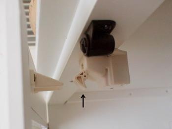 地震で食器棚の扉が開き、グラスやお皿や割れて散乱してしまうと危険です!そんな事態を防ぐには、扉が開くのを防いでくる「耐震ラッチ」を使うのが効果的。扉にネジで取り付けるだけなので簡単です。