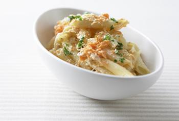 すりおろしたニンジンとツナ缶を、マカロニと和えた、すりおろしにんじんのマカロニサラダ。まろやかでクリーミーで彩りも良くなるので、お弁当にも使えそうです。